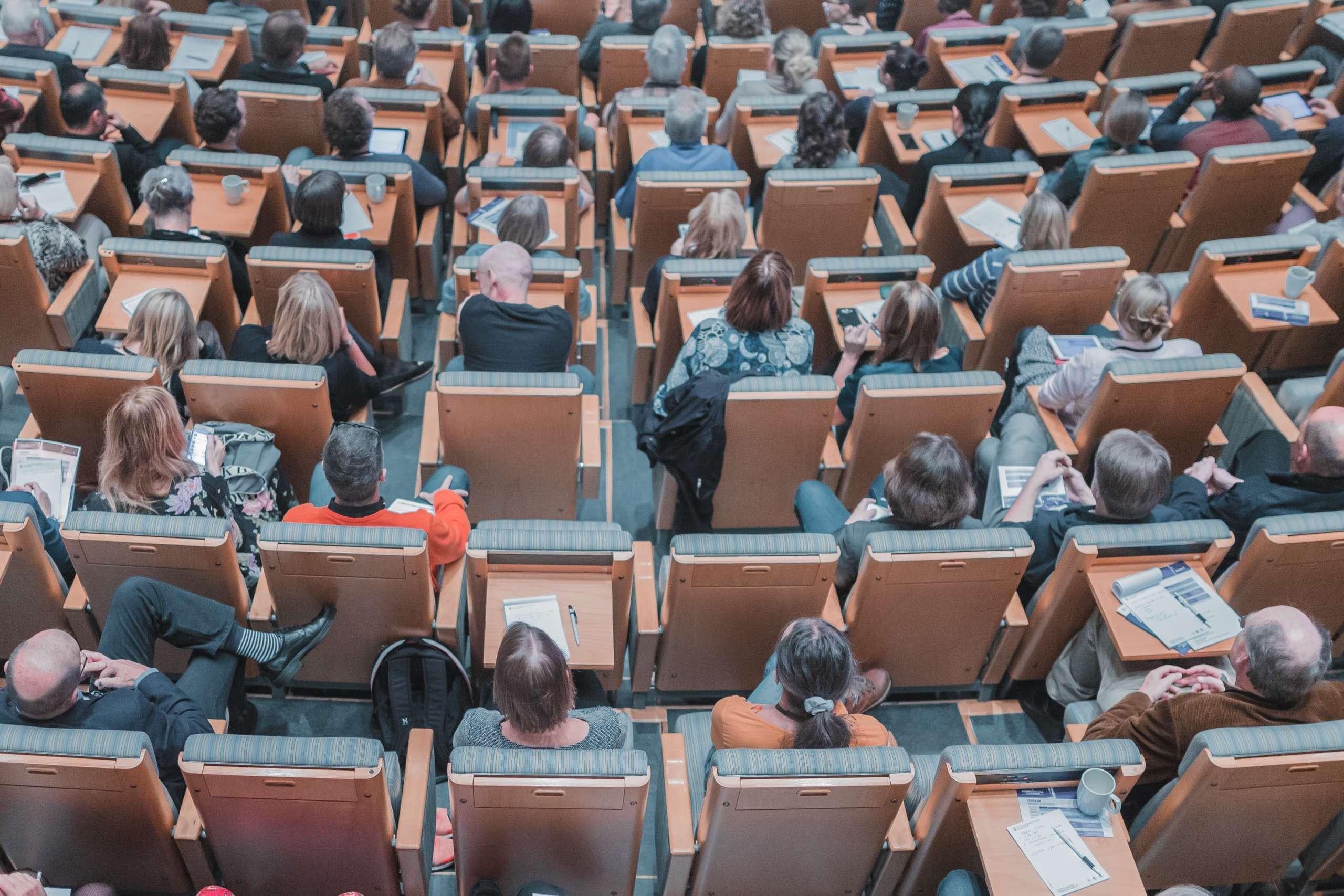 Estudiantes o charla