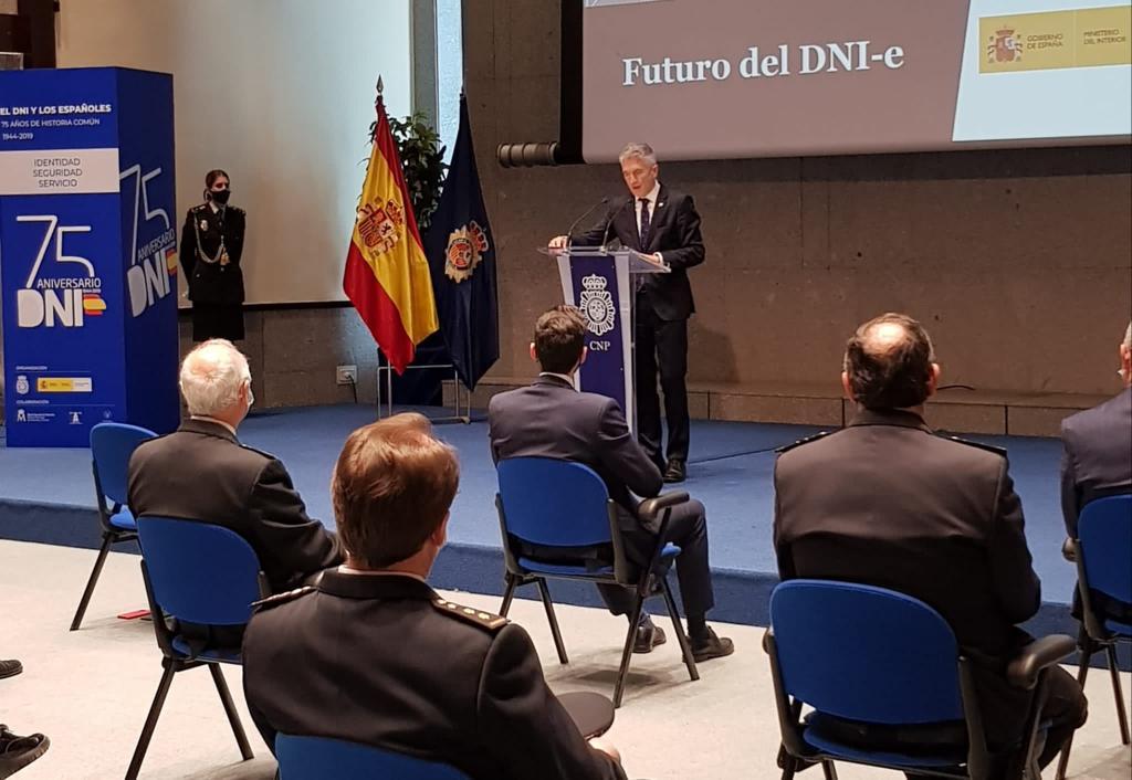 """El Ministro del Interior Fernando Grande-Marlaska presentó el libro """"El DNI y los españoles. 75 años de historia común""""."""